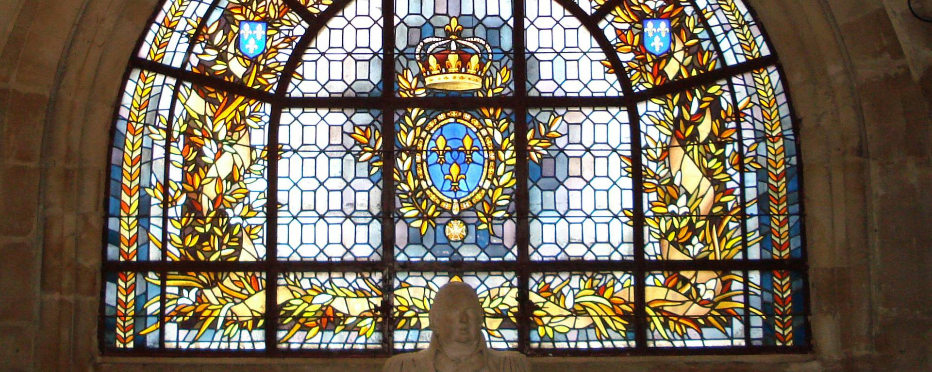 stained glass in the crypt of the Basilica- © Office de Tourisme de Plaine Commune Grand Paris