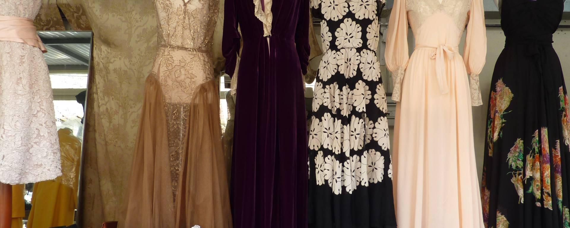 Vêtement vintage au marché aux puces
