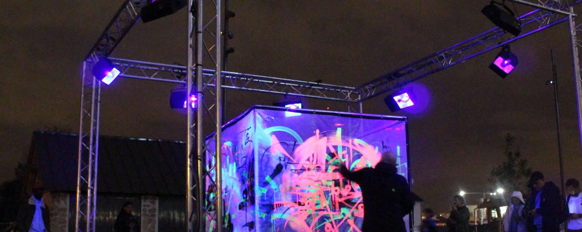 Marko 93 durant la Nuit Blanche 2019 sur le canal Saint-Denis à Aubervilliers © Office de tourisme
