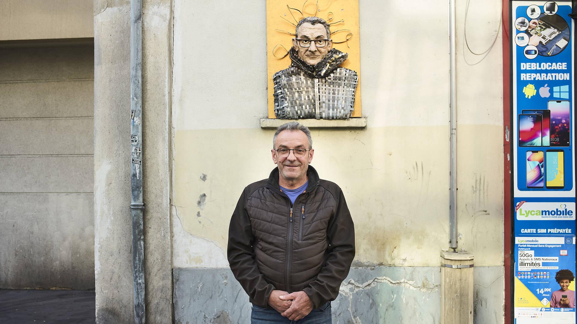 Eusebio devant l'œuvre de Marie-Aimée Fattouche - crédit Bruno Levy pour In SSD