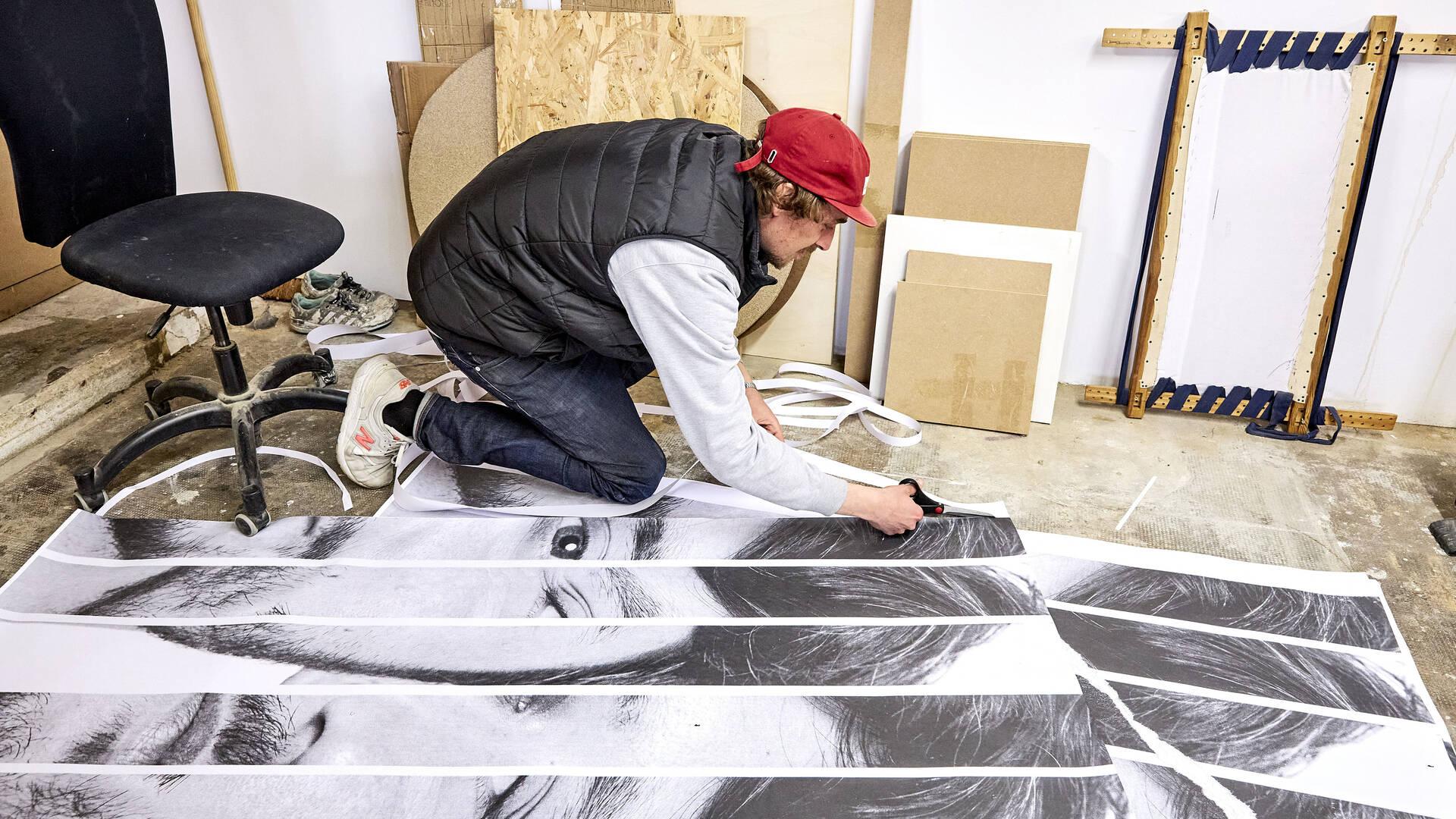 Quentin DMR en train de travailler en atelier sur ses œuvres - crédit Pstk82