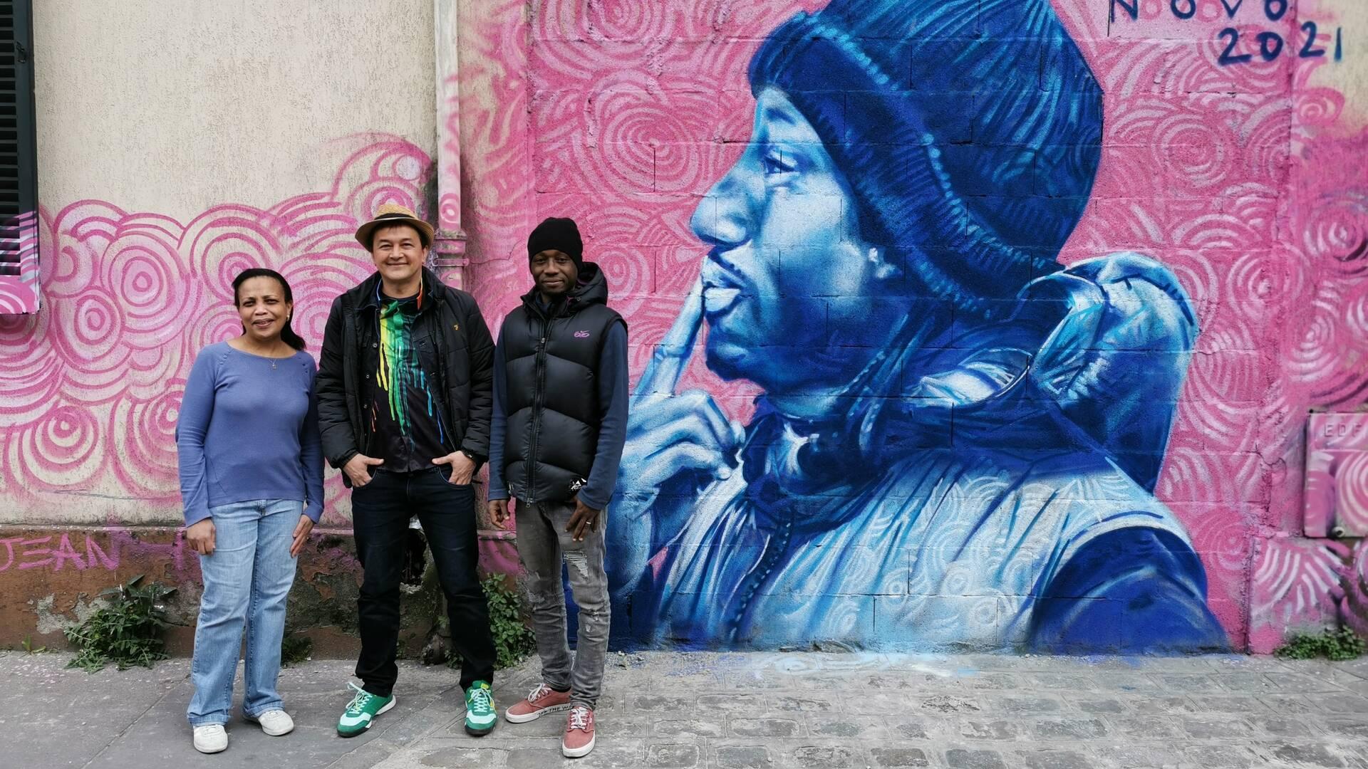 Sitty et Doumbia avec l'artiste Ernesto Novo - crédit Office de tourisme Plaine Commune Grand Paris