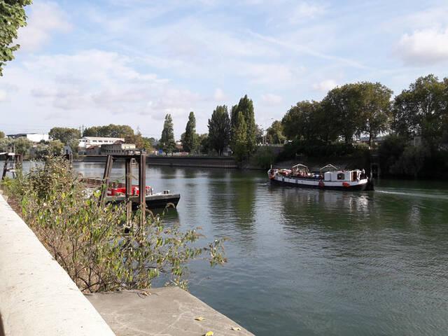 Péniche sur la seine depuis l'ile Saint-Denis