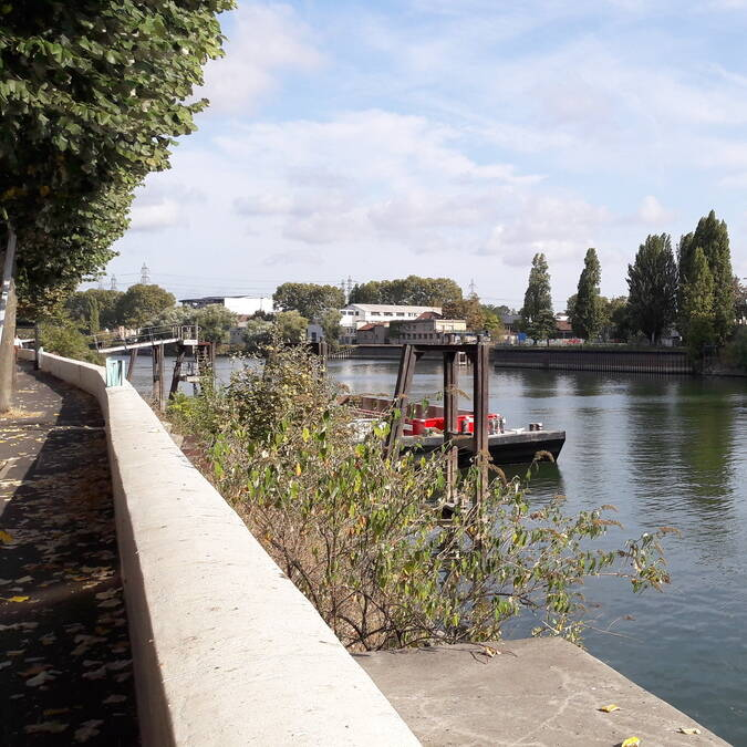 Péniches le long de la Seine